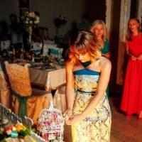 Интересный способ бросить букет невесты