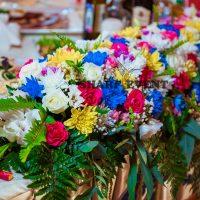 оформление живыми цветами стола молодоженов в Краснодаре